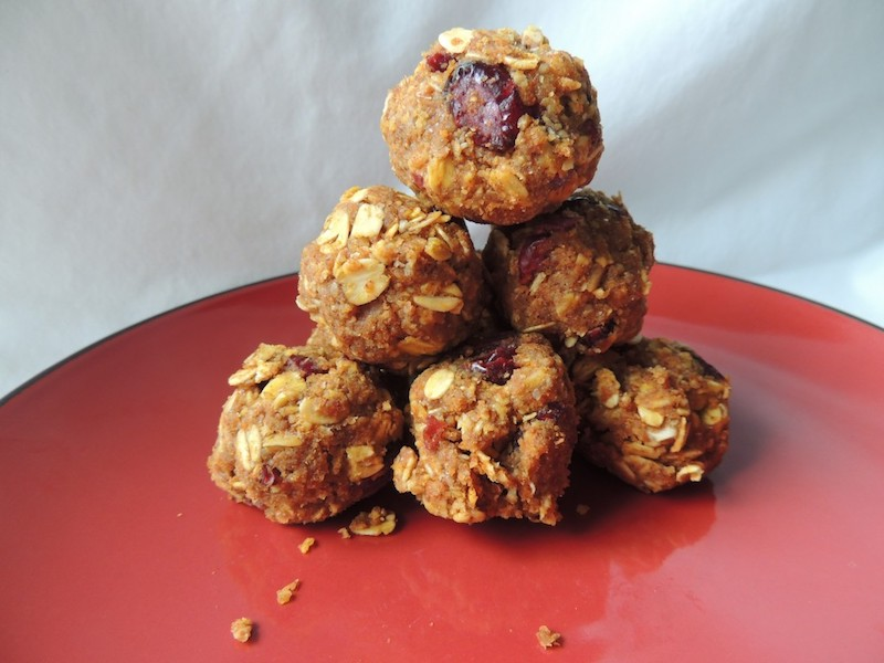 Cranberry Pumpkin Energy Balls - An easy and healthy #snack you can take on the go! No refined sugar, flour, or oil! | #vegan | #glutenfree | @sinfulnutrition