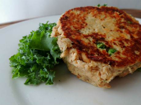 Salmon Pie Burgers Recipe -- A healthy dinner or meal idea inspired by a classic dish during lent. An inexpensive and easy way to enjoy salmon! #glutenfree
