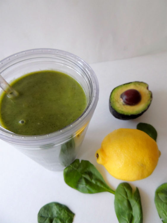 Green Goddess Smoothie -- A healthy breakfast recipe made with fresh spinach, green tea, avocado, apple, and lemon juice. How could you NOT feel like a goddess after drinking this?! #vegan #glutenfree