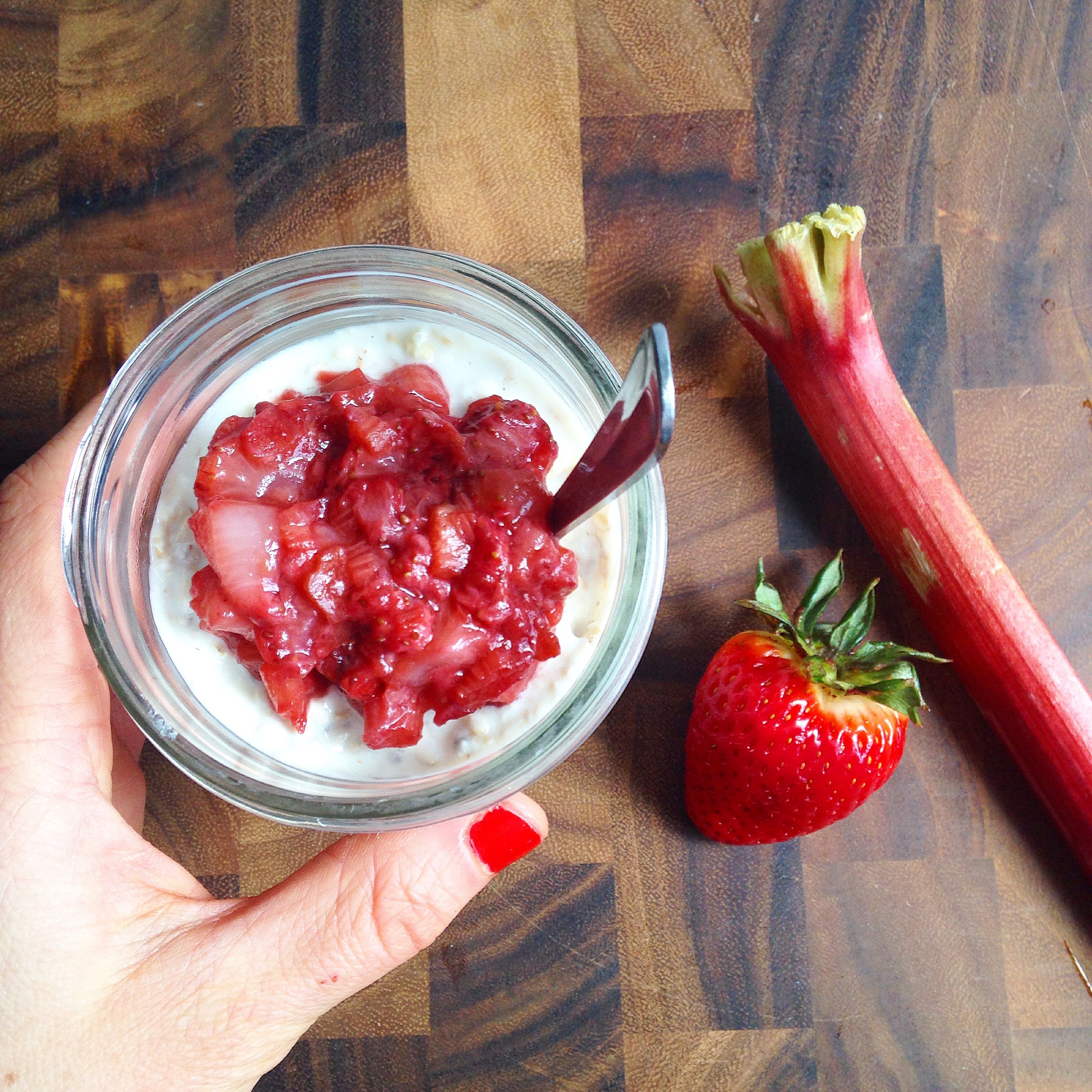 Strawberry Overnight Oats in a Jar | @sinfulnutrition
