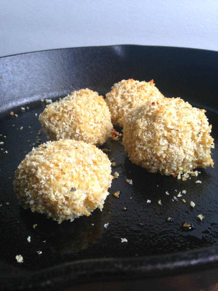 Baked Quinoa Arancini Recipe -- A healthy appetizer made with protein-rich quinoa and melty cheese. Love dipping them in warm marinara! | @sinfulnutrition