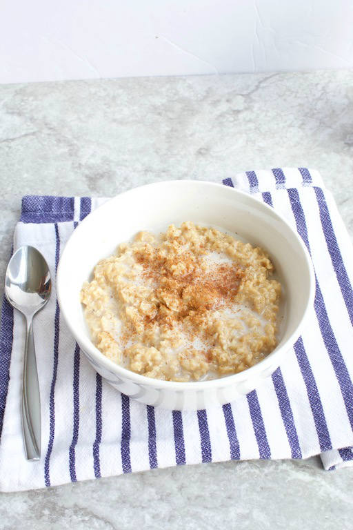 London Fog Latte Oatmeal -- A sweet and creamy breakfast #recipe made with Earl Grey #tea, almond milk, and vanilla. The perfect start, especially on those cold and gloomy mornings!   @sinfulnutrition   #vegan   #glutenfree   #breakfast   #oatmeal   vegetarian